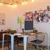 Zona de trabajo con escritorio e iluminación con focos