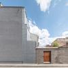 Fachada exterior con patio separador