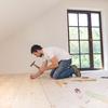hombre arreglando piso madera