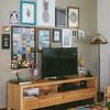 Mueble de madera para la TV y cuadros decorativos