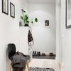 Recibidor con mueble y decoración de cuadros