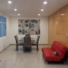 Sala con porcelanato en pisos y Paladium en muro.