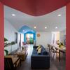 Sala amplia con paredes y techo pintados