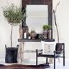 salón con espejo enmarcado