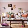 Sala con pared pintada en colores blanco y rosa