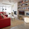 Sala con planta alargada, repisas a la medida y sofá en forma de L