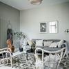 Sala decorada con tonos grises
