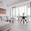 Sala con piso vinílico imitación de madera