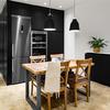 Cocina con comedor y mobiliario negro