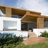 Casa con fachada blanca y madera