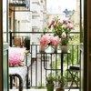 Balcón decorado con plantas