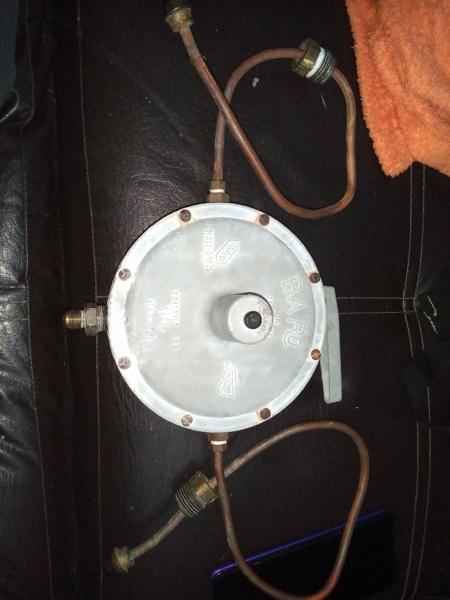 ¿Es posible conectar un tanque de 20kg con un regulador de baja presión a un quemador de alta presión?