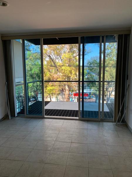 ¿Cuánto me costaría la instalación de cortina en ventanal de 2.40x2.40?