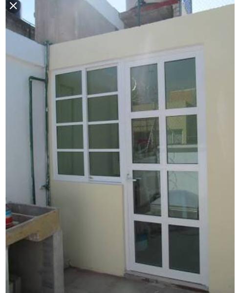 ¿Cuál es el costo de una puerta bandera de aluminio para la cocina?