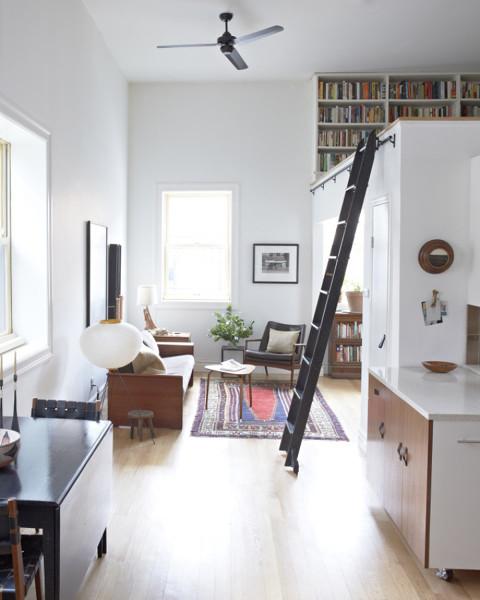 ¿Qué altura hay de piso a techo en este espacio?