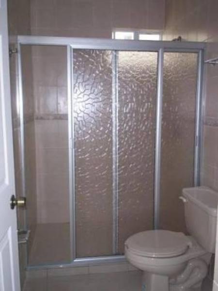 ¿Cuánto cuesta esta cancelería de aluminio para baño?