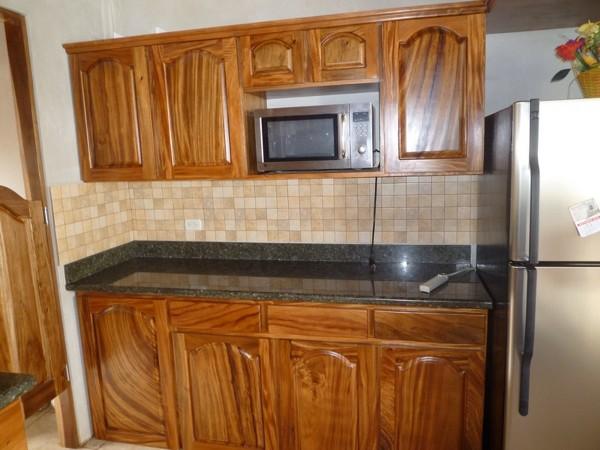 ¿De qué madera es y cuánto cuesta esta cocina?