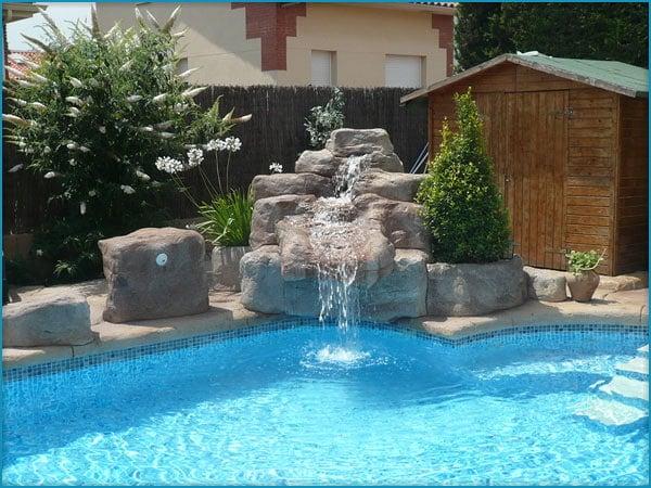 Instalar una fuente en alberca habitissimo for Modelos de piscinas con cascadas