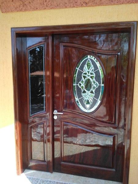¿Qué material se puede usar para la puerta principal de mi casa?