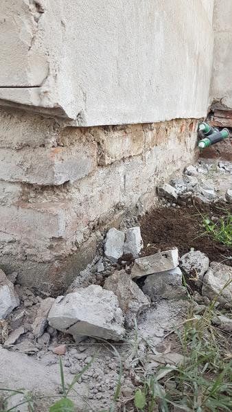 Inquietud con revoque de fachada en los cimientos
