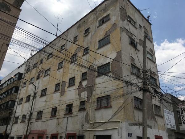 ¿Se puede quitar los restos de aplanado en una fachada y poner solamente sellador y pintura blanca?