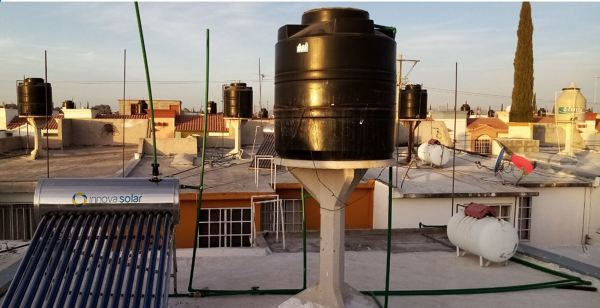 ¿Cómo puedo mejorar la presión del agua caliente después de haber instalado un calentador solar?