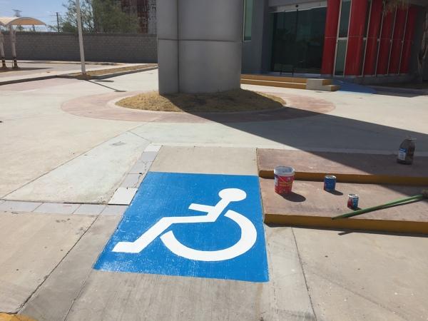¿Qué pintura debo utilizar para pintar 2 cuadros de discapacidad en un estacionamiento?