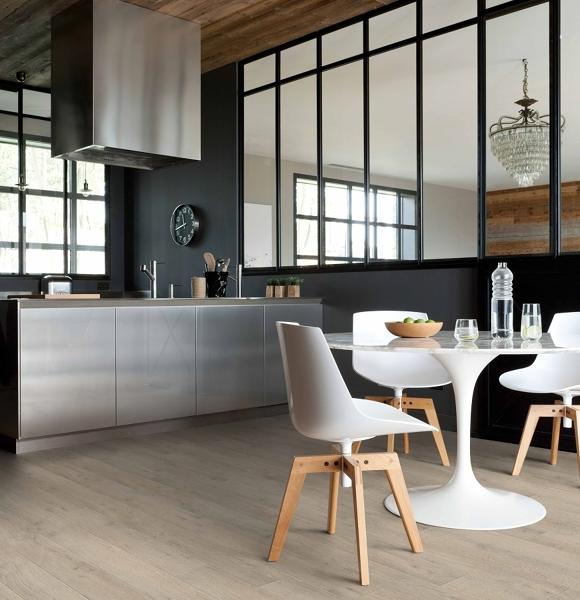 ¿Cuál es el precio por colocar piso vinílico? ¿Es un tipo de piso frío o caliente?