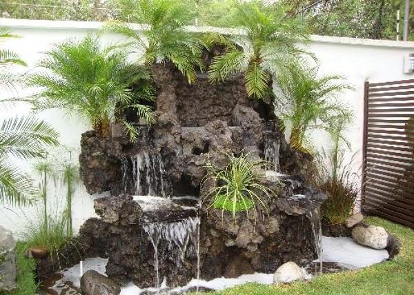 ¿Se puede instalar una cascada en un jardín pequeño?