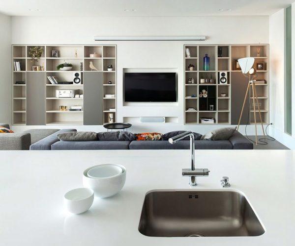 Tengo un espacio de doble altura y quiero construir un librero con TV. ¿Qué podría hacer?