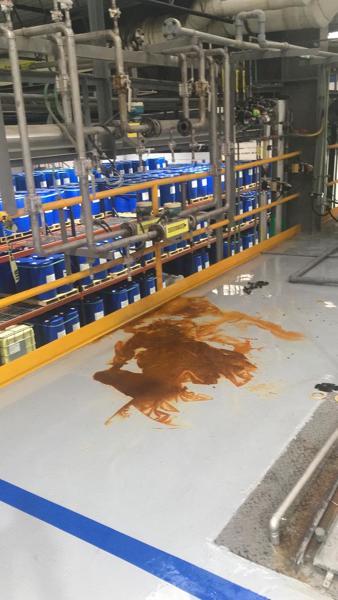 ¿Como puedo quitar una mancha de ácido nítrico de un piso epóxico?