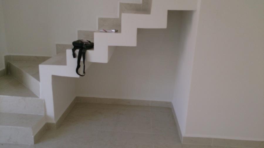Hacer una bodega o puertas bajo las escaleras de largo 1 for Escalera electricista madera