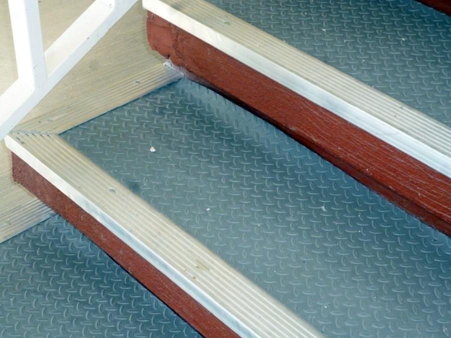 Rehabilitacion de escaleras en edificios mineral de la for Escalera electricista madera