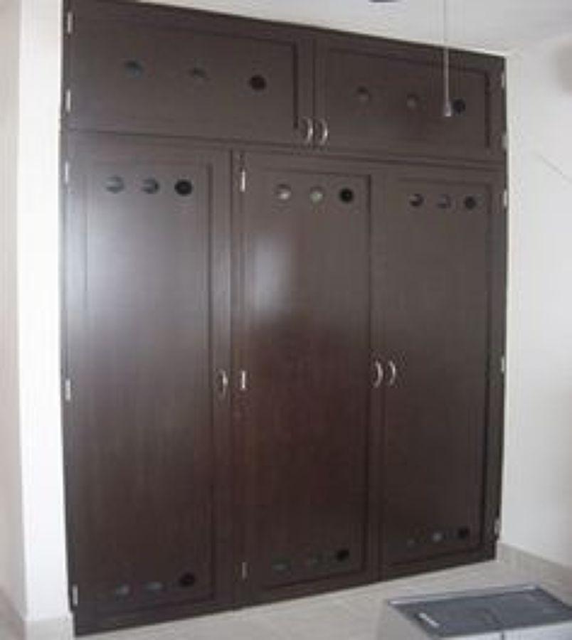Remodelar depto 1 base de madera en color chocolate for Puertas para closet minimalistas