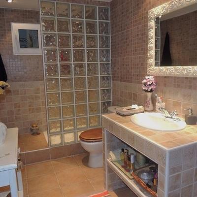 Ampliar casa poner piso de ceramica alzar bardas entre for Ceramica para piso de bano antideslizante
