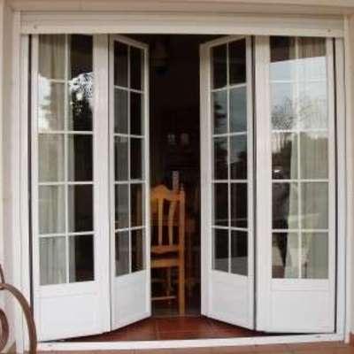Puerta entrada aluminio en blanco hojas plegables ctm for Hojas plegables