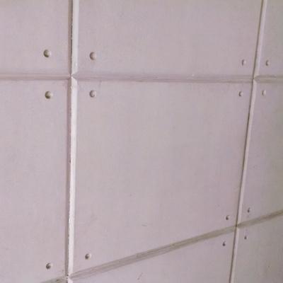 Remodelaci n en sala y decoraci n en pared tipo placas de for Placas decoracion pared