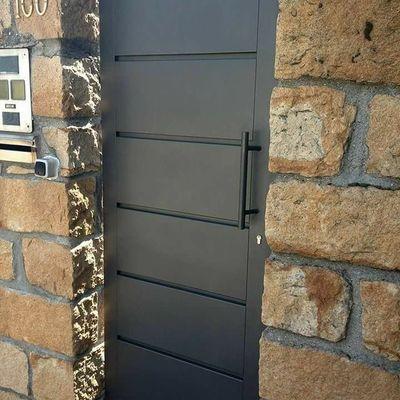 Puerta exterior de herreria quer taro quer taro for Puertas metalicas para patio