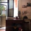 Remodelación de habitación pequeña con poca luz, instalación de puertas corredizas, cortinas/persianas, tragaluz, domo