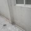 Sellar e impermeabilizar un area de pared detras de un conducto que va por fuera de la pared