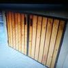 Crear e instalar ventanas metálicas e incluir tiras de madera como se ve en la foto de ejemplo
