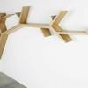 librero de madera en forma de arbol