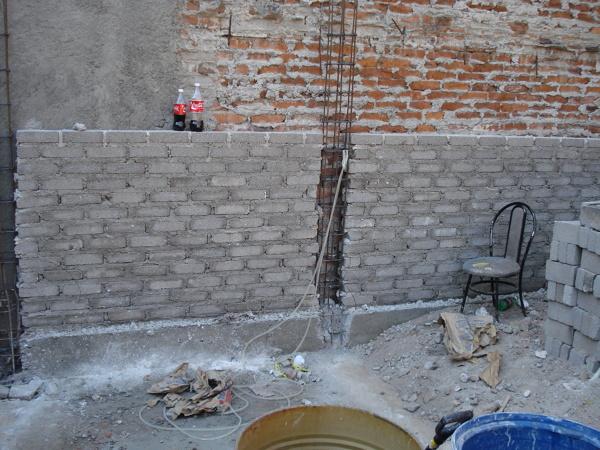 Como reparar un muro interior para que ya no se filtre el for Grietas en paredes interiores